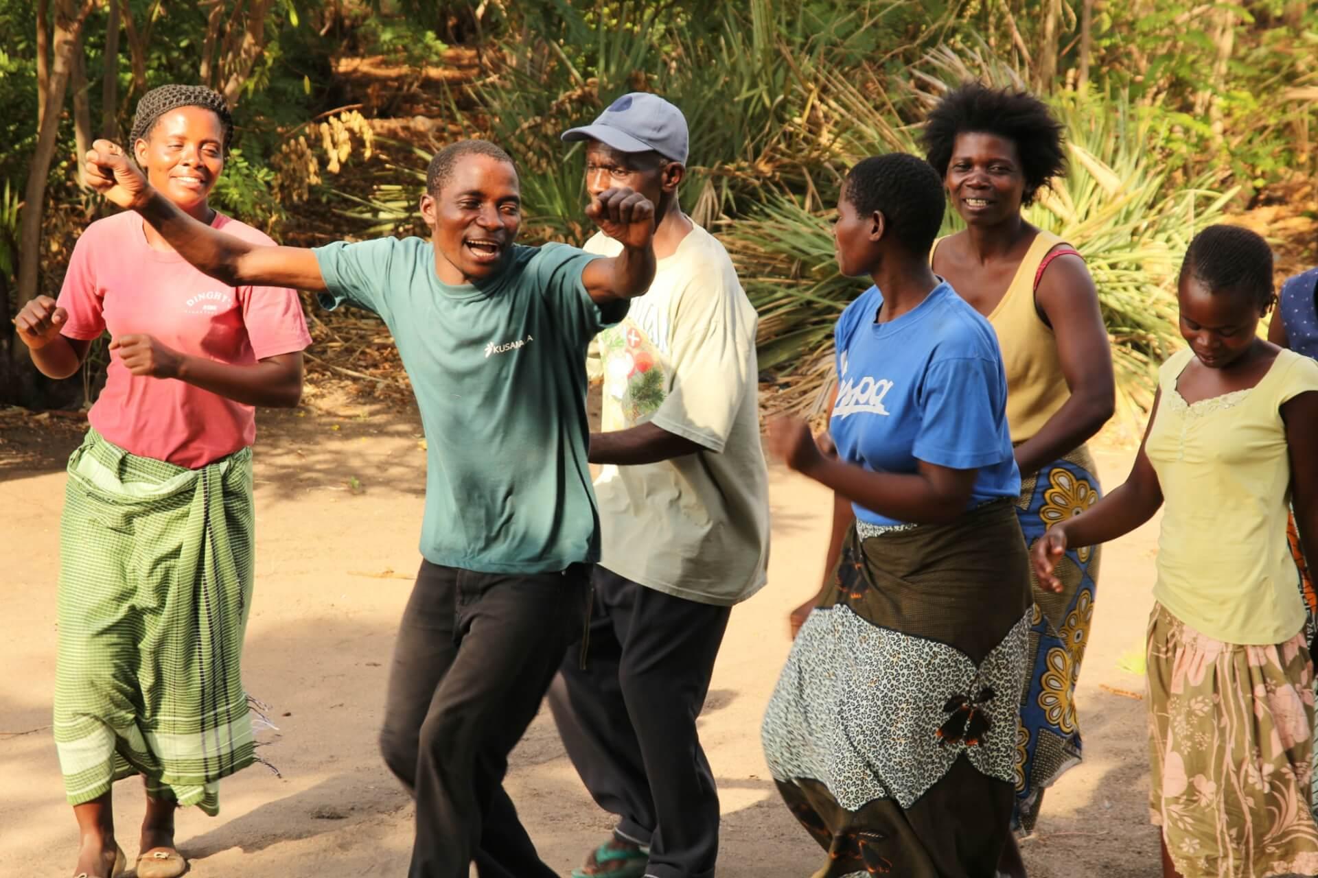 4-moringa-africano-e-gerente-de-projeto-de-permacultura-samuel-baluti-a-esquerda-do-centro-levando-style-malawi-canto-motivacional