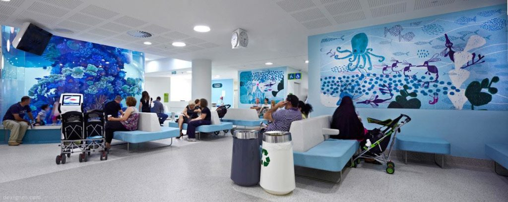 Ambiente hospitalar interno com design biofílico