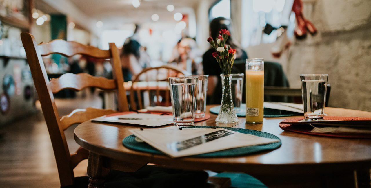 mesa e cadeiras de restaurante sustentavel