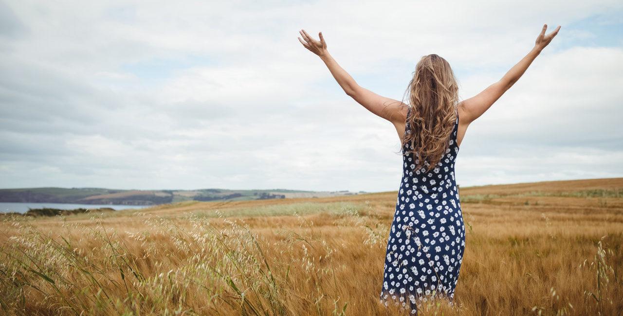mulher no campo praticando slow living