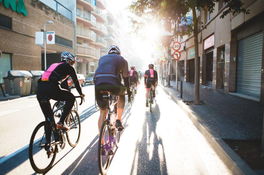 ciclistas pedalando em ciclovia com ecopavimento