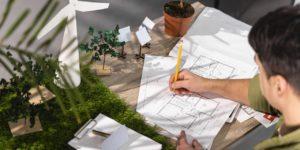 homem trabalhando em projetos de arquitetura e ecoeficiencia
