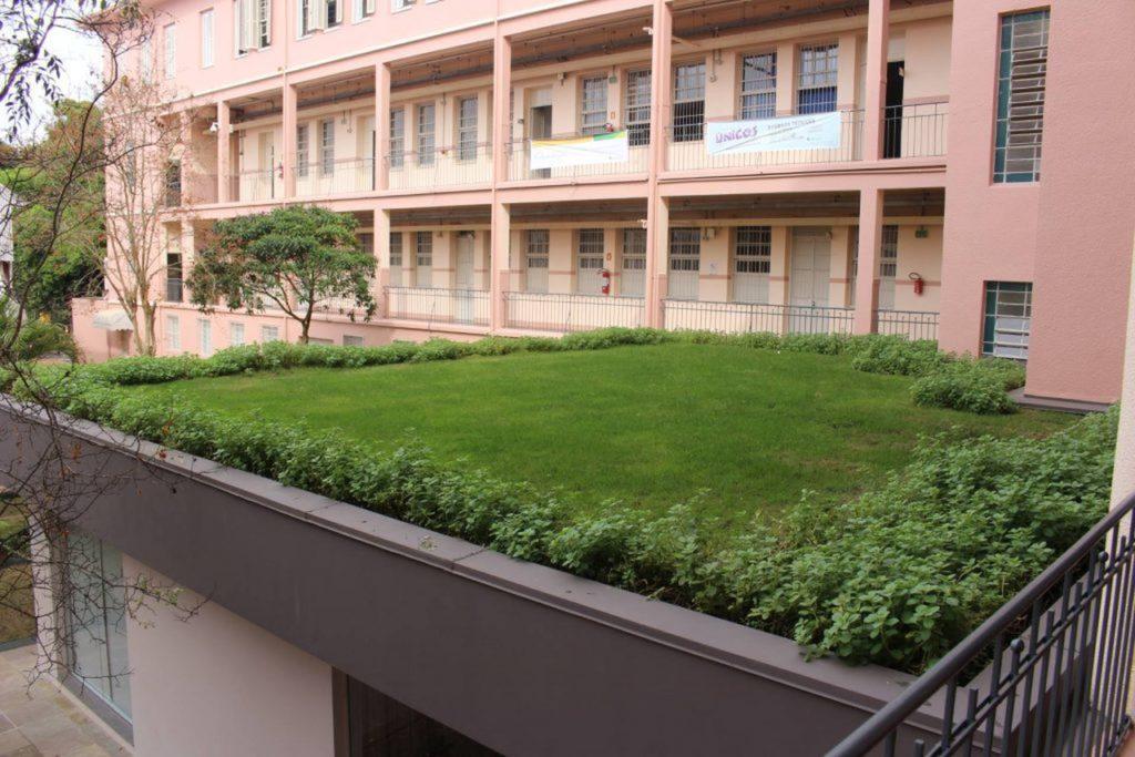 telhados verdes sustentáveis em cobertura de prédio escolar